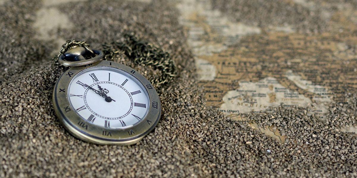 Uhr auf Landkarte