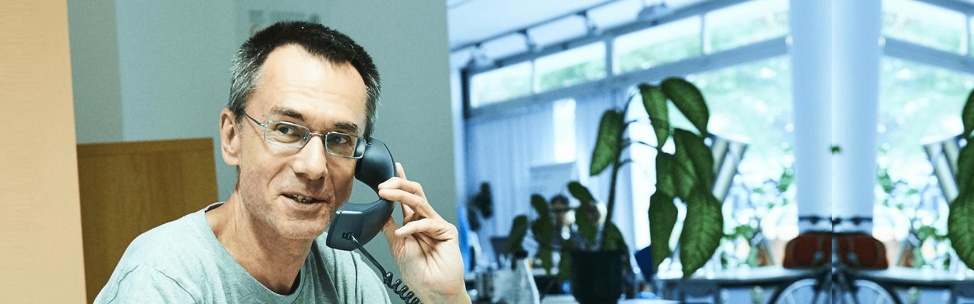 Ehrenamtlicher Mitarbeiter am Telefon - wir freuen uns auf dich!